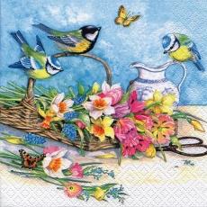 3 Vögel und Schmetterlinge besuchen einen bunten Blumenstraus im Weidekörbchen und eine Karaffe