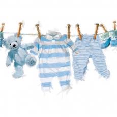 Baby Strampler, Hose, Schuhe und Teddy auf der Wäscheleine in blau