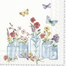 Schmetterlinge, Stiefmütterchen, Mohn und andere Blumen in Schraubgläsern