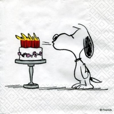 Snoopy bläst die Kerzen auf der Geburtstagstorte aus - Snoopy blows out the candles on the birthday cake - Snoopy souffle les bougies sur le gâteau d anniversaire