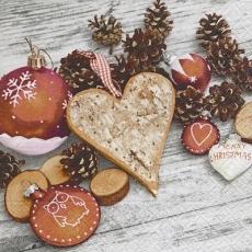 Weihnachtsbaumkugeln, Zapfen, Anhänger, Holzscheibchen & Herz aus Holz - Christmas tree balls, cones, pendants, wooden discs and wooden heart - Boules de sapin de Noël, cônes, pendentifs, disques en b
