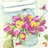 gemalte Tulpen im Eimer auf einen Stuhl und Schmetterling