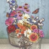 Schmetterlinge besuchen bunte Blumen im Zinkeimer