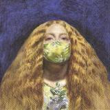 Blonde Frau mit grünem Mundschutz