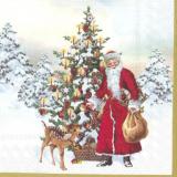 Weihnachtsmann steht mit gefülltem Geschenkesack vor einen geschmückten Tanne mit leuchtenden Kerzen neben einem kleinen Rehkiz