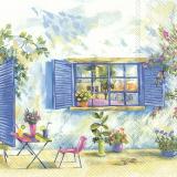 Erholsamer Platz mit zwei Getränken vor einem Fenster mit Blumentöpfen