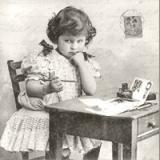 Nostalgisches Mädchen am Tisch, Schultisch - Nostalgic girl at school table - Fille nostalgique à la scolaire