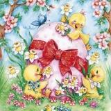 3 Küken kuscheln mit einem Osterei auf der Wiese - 3 chicks cuddle with an easter egg in the meadow - 3 poussins câlins avec un oeuf de Pâques dans le pré
