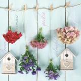 Vogelhäuschen mit Gartenblumen zum trocknen aufgehängt vor einer Holzwand - Birdhouse with garden flowers hung to dry in front of a wooden wall - Birdhouse avec des fleurs de jardin accrochées à séche