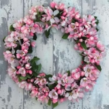 toller Apfelblütenkranz vor einer Holzwand - great apple blossom wreath in front of a wooden wall - grande couronne de fleurs de pomme devant un mur en bois