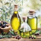 Oliven, Olivenzweige & 3 verschiedene Ölflaschen auf einem Holztisch - Olives, olive branches & 3 different oil bottles on a wooden table - Olives, rameaux d olive et 3 différentes bouteilles d huile
